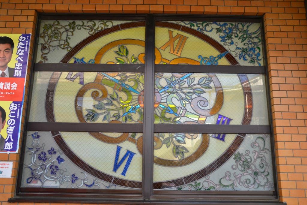 正面入口の右横に設置されたステンドグラス