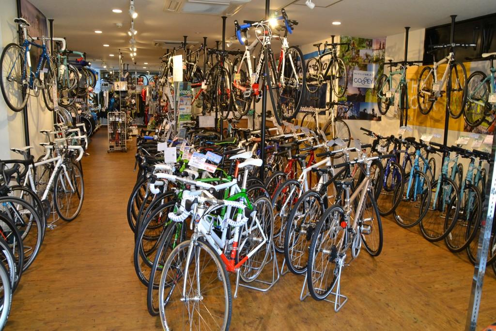 見通しの良い店内には、常時約50台を陳列