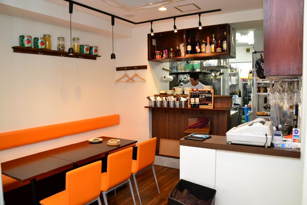 オレンジ色と木調で統一された店内 同時に10人まで利用可能