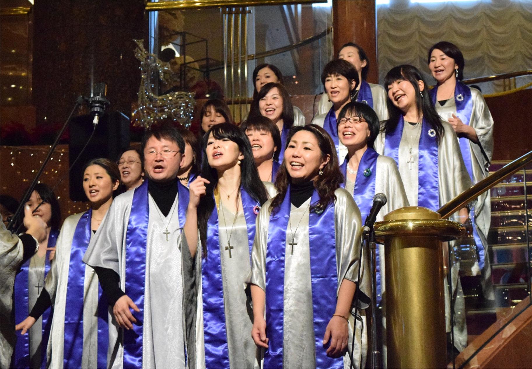2014年、「横浜ベイシェラトン ホテル&タワーズ」のロビーで行われた ゴスペル・クリスマス・コンサートの様子 前列中央の男性が、古澤英明氏