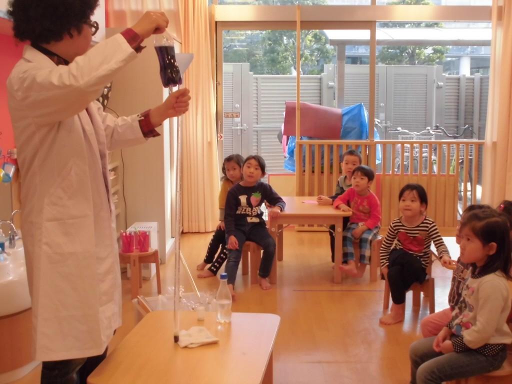 子どもたちから熱いまなざしが注ぐ実験教室(画像提供・矢向湯)